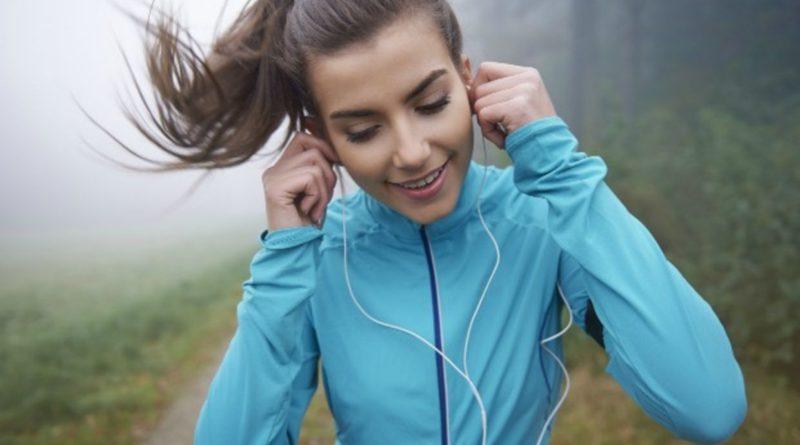 Běháte se sluchátky na uších
